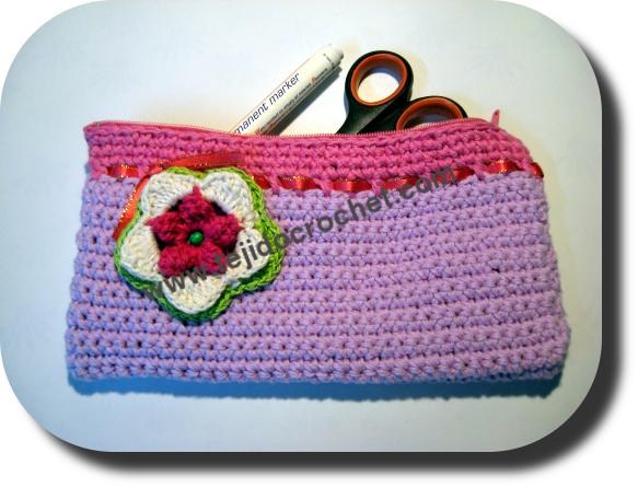 Cartuchera a crochet con flor
