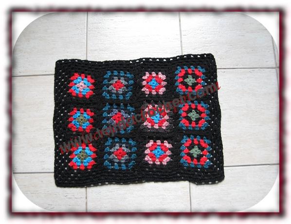 Alfombra con motivos a crochet