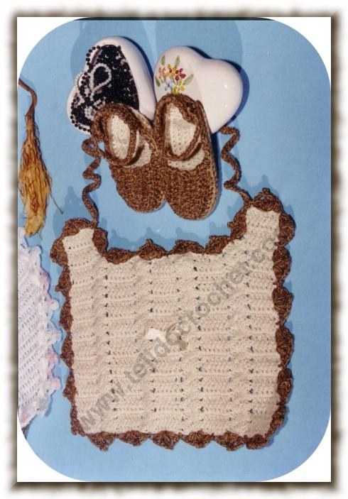 Babero y escarpines en tejido crochet