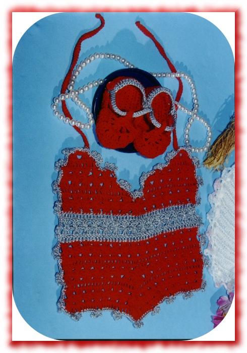 Babero y escarpines a crochet para bebe